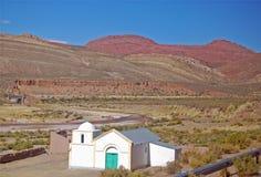 Weiße Kapelle im roten Gebirgszug Lizenzfreie Stockfotografie