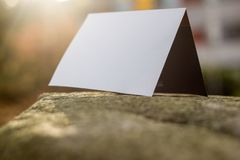 Weiße Karte auf einer Steinplatte lizenzfreie stockfotografie