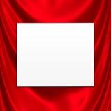 Weiße Karte auf rotem Satin Stockbild