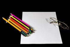 Weiße Karte auf schwarzer Tabelle Gläser und Bleistift Zu machen Platz nicht Lizenzfreies Stockfoto