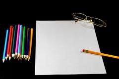 Weiße Karte auf schwarzer Tabelle Gläser und Bleistift Zu machen Platz nicht Stockfoto
