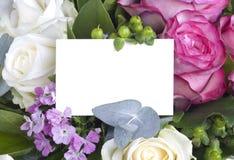 Weiße Karte im Blumenblumenstrauß lizenzfreie stockfotografie