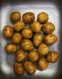 Weiße Kartoffeln in der Wanne lizenzfreie stockfotos