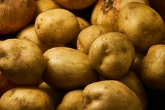 Weiße Kartoffeln und Zwiebeln 4 stockbilder