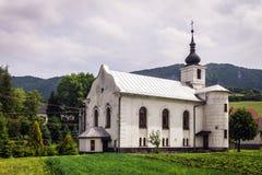 Weiße katholische Kirche gegen die Felsen in Slowakei Stockfoto