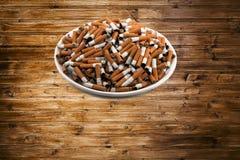 Weiße keramische Platte mit Zigaretten Stockbild