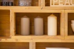 Weiße Kerze in der Holzkiste Lizenzfreies Stockbild