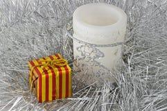 Weiße Kerze im silbernen Lametta Stockfotos