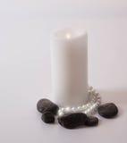 Weiße Kerze Lite mit Perlen lizenzfreies stockfoto