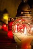 Weiße Kerze mit dem Herzen im Kirchhof während der Allerheiligen Lizenzfreie Stockfotos