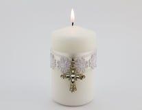 Weiße Kerze mit Spitze, Band und Christkreuzanhänger isola Lizenzfreies Stockbild