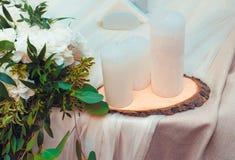 Weiße Kerzen auf einem Holzbock Lizenzfreies Stockfoto