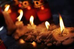 Weiße Kerzen nachts Lizenzfreie Stockfotografie