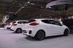 Weiße KIA-Autos Lizenzfreie Stockfotos