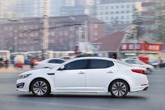 Weiße Kia Optima-Limousine auf der Straße, Peking, China Lizenzfreie Stockfotos