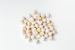 Weiße Kichererbsen auf weißem Hintergrund Lizenzfreie Stockfotos