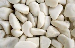 Weiße Kieselsteine als Hintergrund Stockbilder