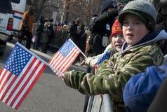 Weiße Kinder mit amerikanischen Flaggen Stockfotos