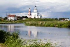 Weiße Kirche auf einem Riverbank stockbild