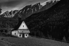 Weiße Kirche in Dolomit ` s, Italien Stockbild