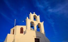Weiße Kirche mit blauer Haube in Santorini, Griechenland Stockbilder
