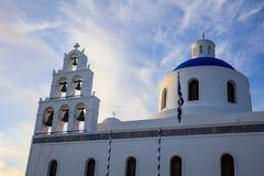 Weiße Kirche mit blauer Haube in Santorini, Griechenland Lizenzfreie Stockbilder