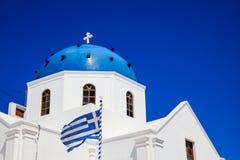 Weiße Kirche mit blauer Haube in Santorini, Griechenland Stockfotos