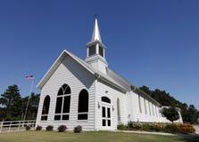 Weiße Kirche mit Kirchturm Lizenzfreie Stockfotos
