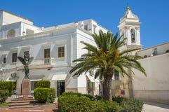 Weiße Kirche mit Palme Stockfoto