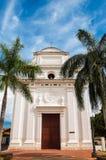 Weiße Kirche mit Palmen stockfotografie