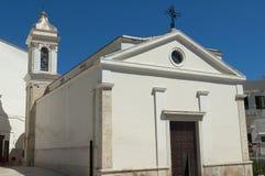 Weiße Kirche mit tiefem blauem Himmel Lizenzfreie Stockfotografie
