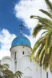 Weiße Kirche nahe bei einer Palme Stockfoto