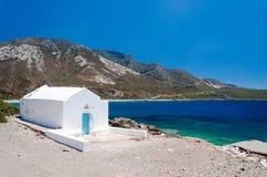 Weiße Kirche neben blauem Meer, an einem sonnigen Tag Stockfotos
