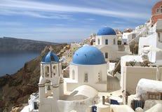Weiße Kirchen mit der blauen Haube, der schöne Markstein von Santorini-Insel, Griechenland stockbild
