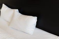 Weiße Kissen auf dem Bett Lizenzfreies Stockfoto