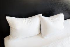 Weiße Kissen auf den Betten Lizenzfreies Stockfoto