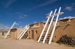 Weiße Kiva Strichleitern im Pueblo Lizenzfreie Stockfotos