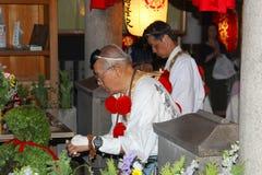 Weiße Kleidung des älteren Tempels der Mannreligiösen feier, Osaka stockfotos