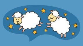 Weiße kleine Karikaturschafe oder -lämmer fliegen in den blauen nächtlichen Himmel lizenzfreie abbildung
