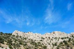 Weiße Klippen gegen den blauen Himmel Stockfotografie