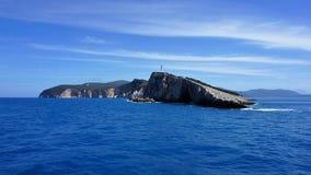 Weiße Klippen mit Leuchtturm auf der Insel von Lefkas Stockfoto