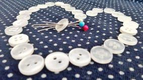 Weiße Knöpfe Valentine Hearts und bunter Stift vom blauen und weißen Tupfenstoff Lizenzfreies Stockbild