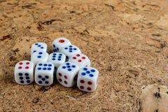 Weiße Knochen auf dem Tisch geworfen mit einem braunen Korkenende Stockfotografie