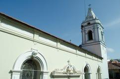 Weiße kolonialkirche in Casco Viejo, Panama lizenzfreies stockfoto