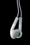 Weiße Kopfhörer auf schwarzem Hintergrund Lizenzfreie Stockfotos