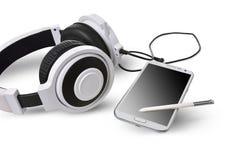 Weiße Kopfhörer und intelligentes Telefon Stockfotografie