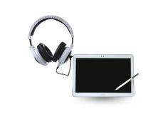 Weiße Kopfhörer und intelligentes Telefon/Tablette Lizenzfreie Stockbilder
