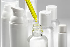 Weiße kosmetische Flaschen mit Badekurortkosmetiköl Wellness, Badekurort und Körperpflegeflaschensammlung Aufbau mit Badeöl und S lizenzfreies stockbild