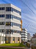 Weiße Krankenhausgebäude auf einer Reihe lizenzfreie stockfotos