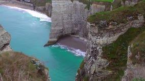 Weiße Kreideklippen über Ärmelkanal, schönem leerem Strand und Azurblau wässern stock video footage